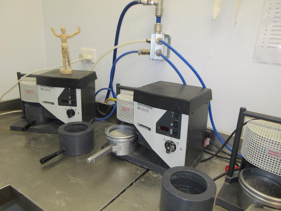 石膏歯型を作る機械